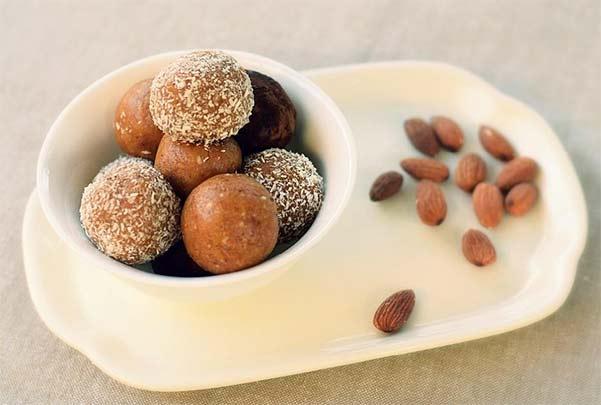 Kuglice od integralnog mlevenog keksa sa bademom i suvim kajsijama