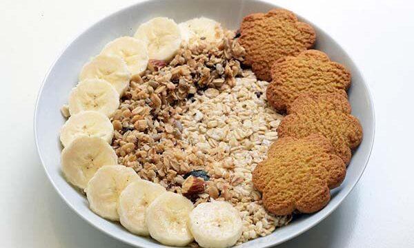 Ovsena kaša sa bademovim mlekom, bananama i Nutribella keksom
